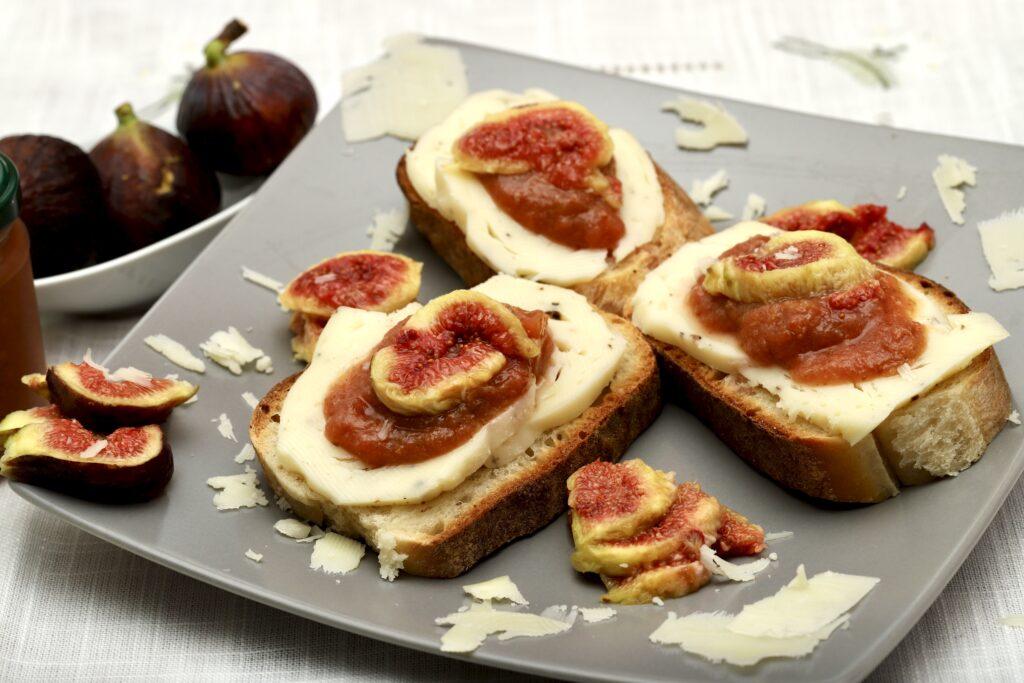 pane con formaggio, fichi e marmellata di fichi