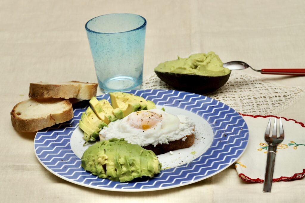 pane con ricotta, uovo ed avocado