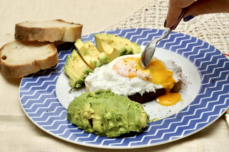 Pranzo estivo: pane ricotta avocado e uovo