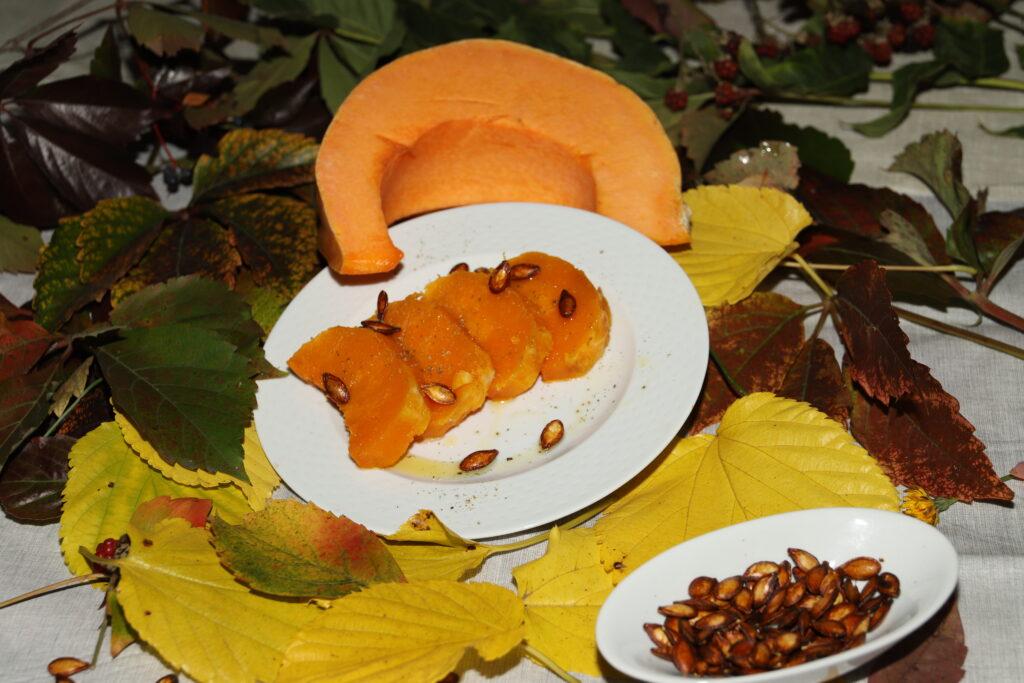 un piatto di zucca cotta al forno insieme ad i suoi semi tostati