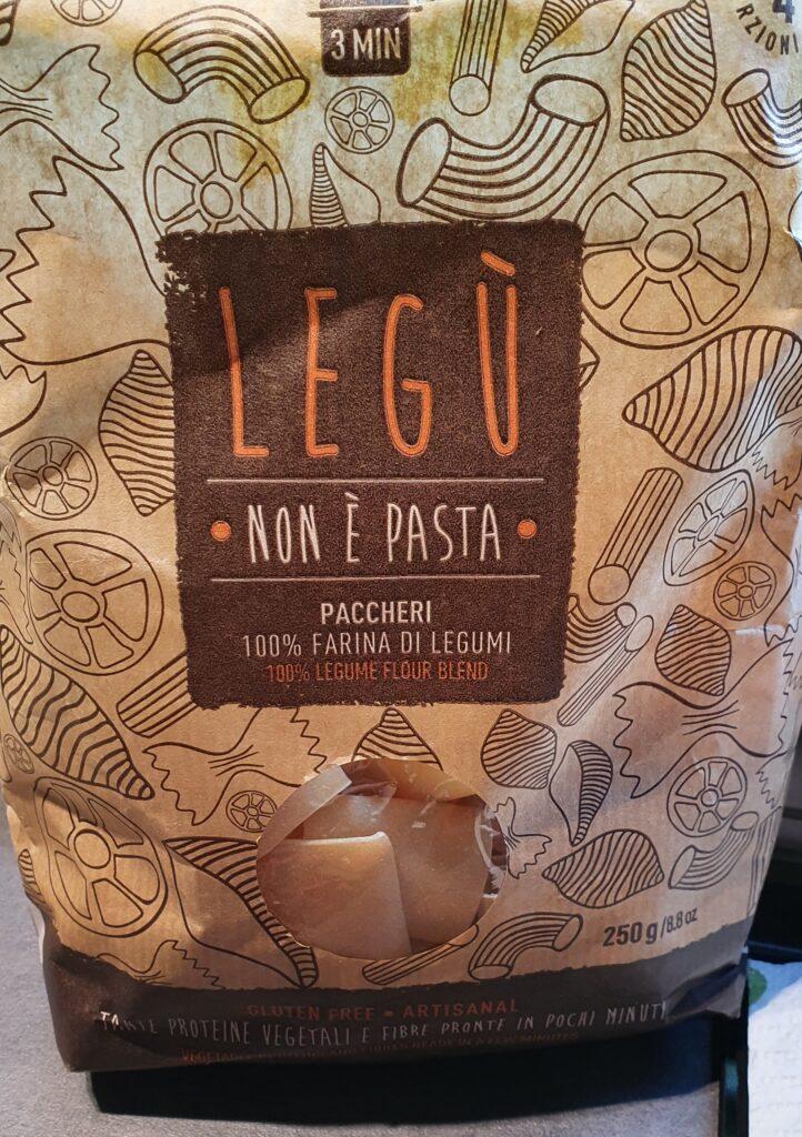una confezione di paccheri con farina di legumi