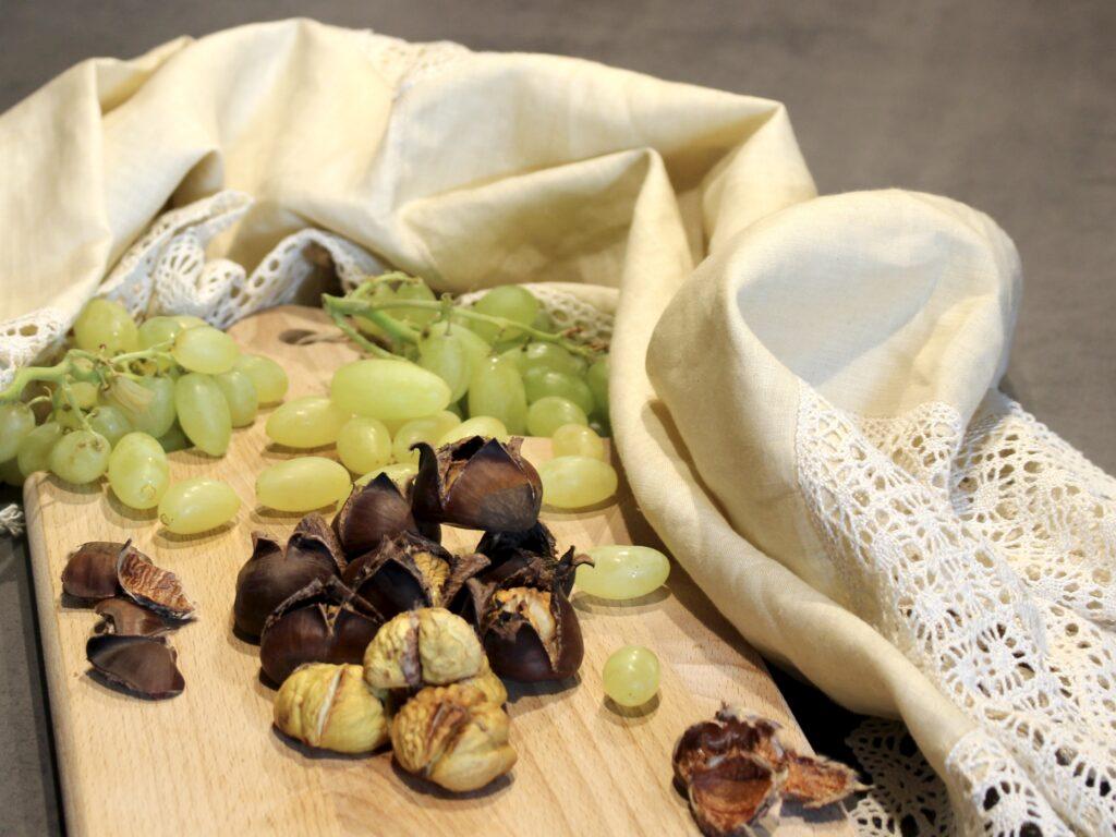 caldarroste al forno servite con uva
