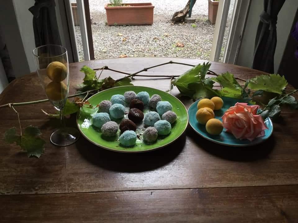 tartufini colorati di ricotta e cocco