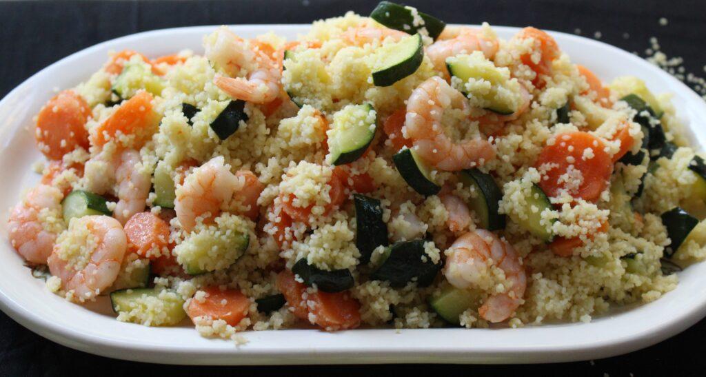cous cous di verdure e gamberetti pronto per essere degustato