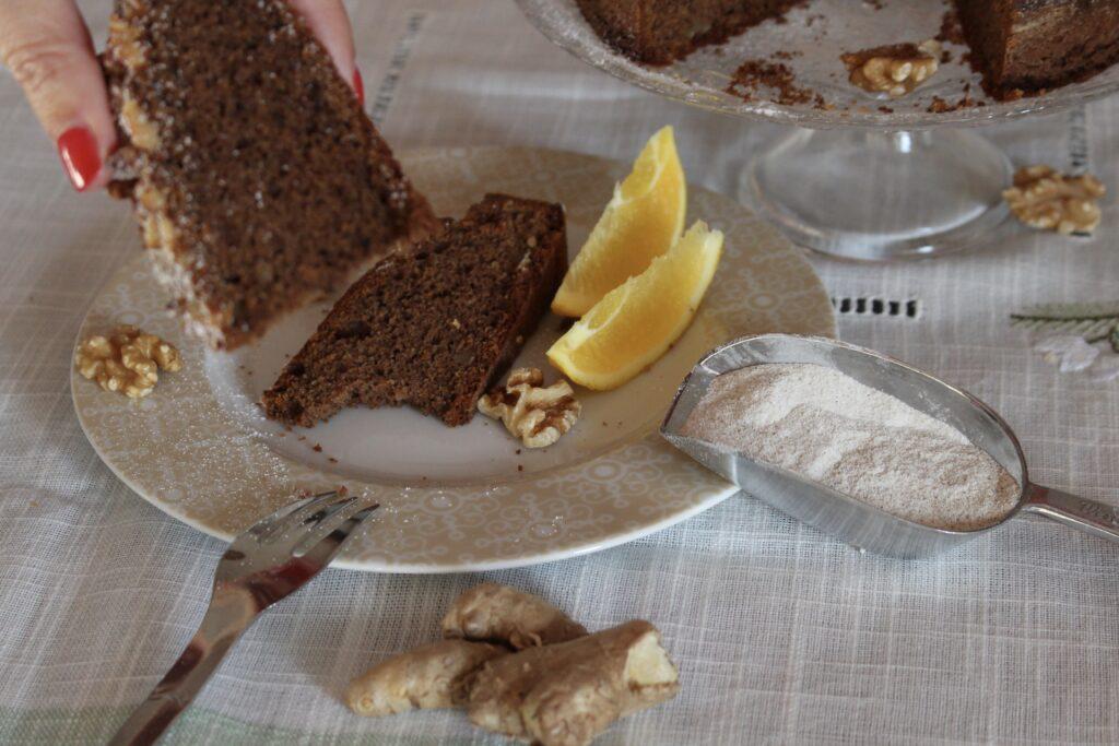 foto che ritrae una fetta di torta di grano saraceno e noci