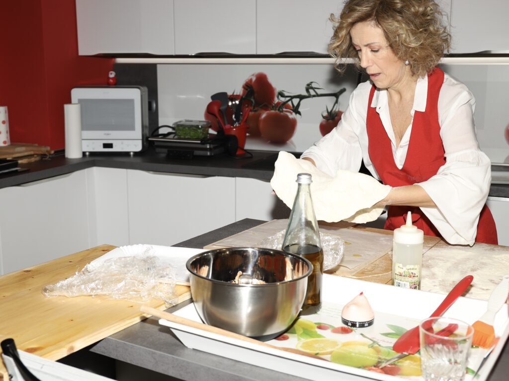 foto che riporta la lavorazione di un impasto per pizza
