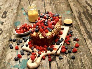 colazione con plumcake ai frutti di bosco