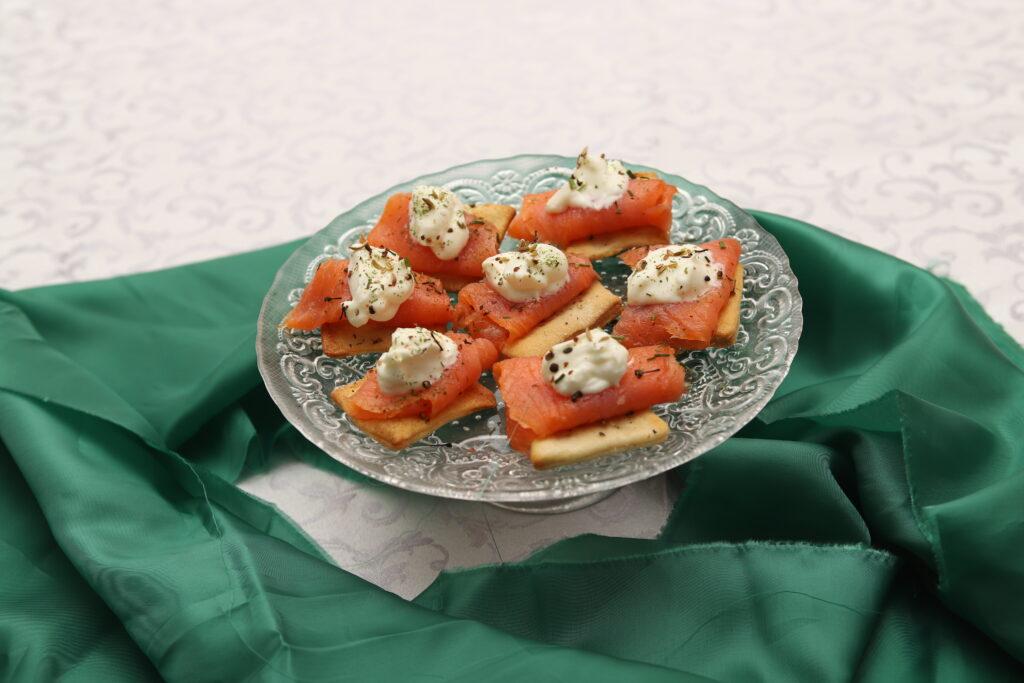 crackers con salmone, panna acida e aneto