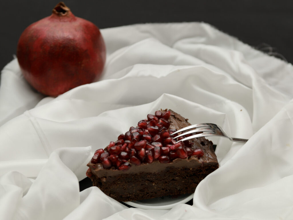 una fetta di torta di nocciole e mandorle senza farina