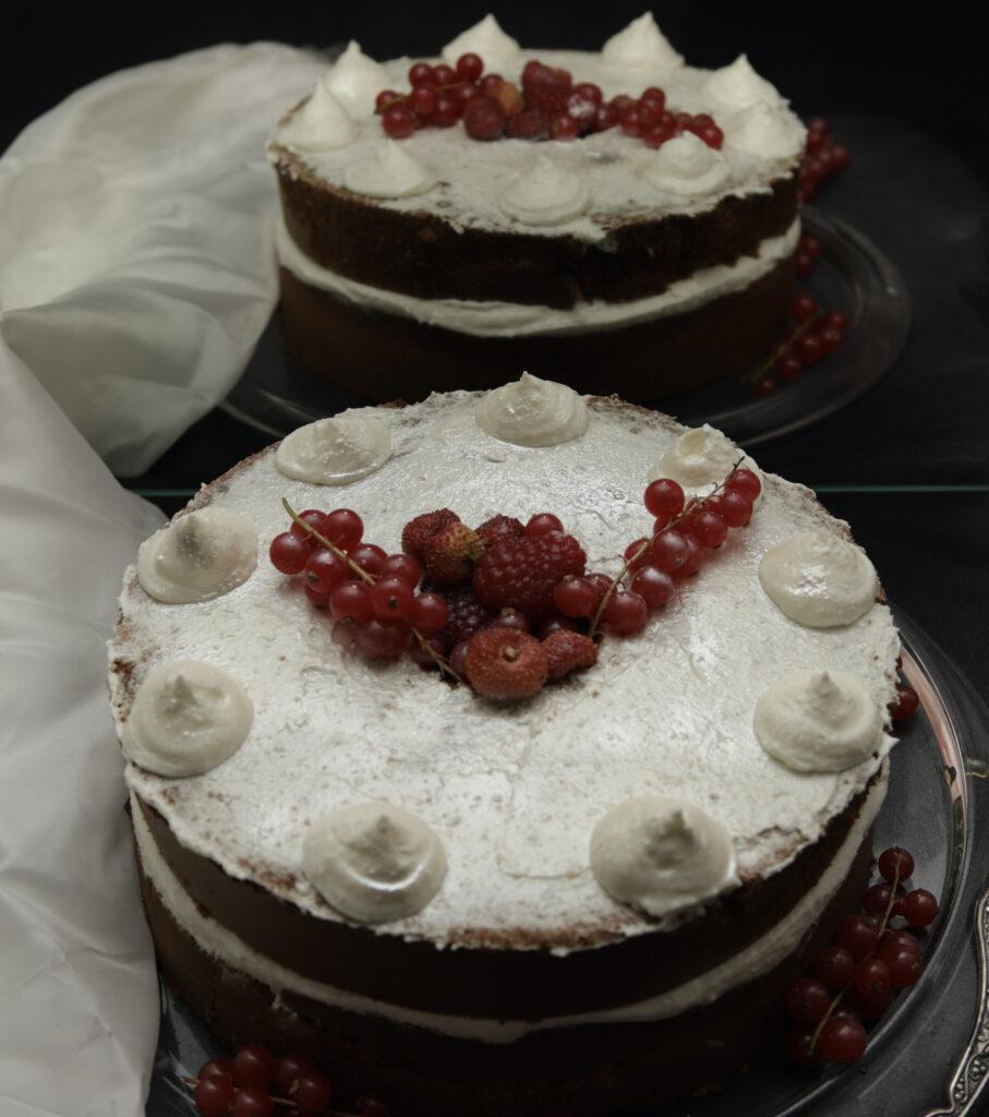 chiffon cake con crema di formaggio, frutti di bosco e povere d'argento