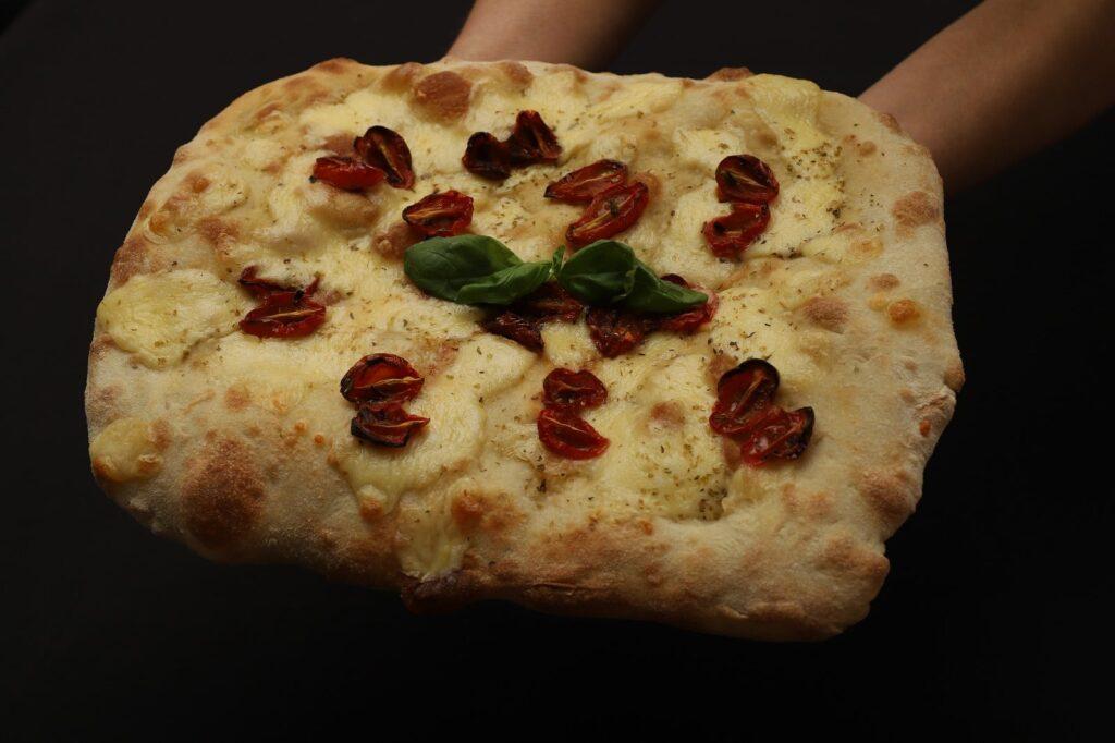 pizza bianca con mozzarella e pomodorini confit