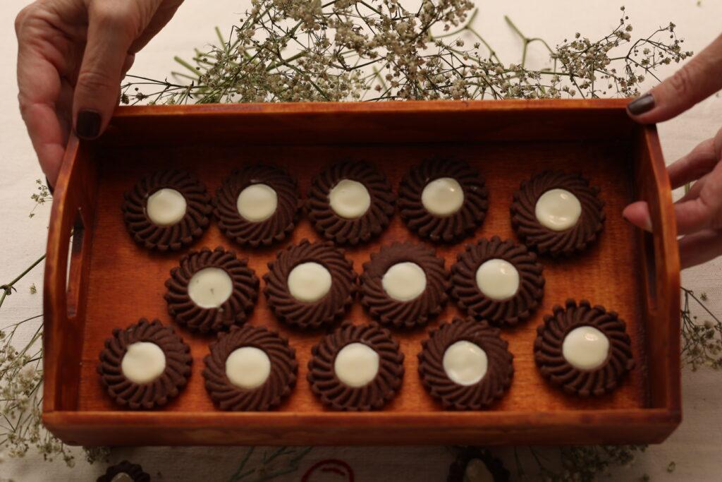 vassoio di frollini al caco farciti con cioccolato bianco