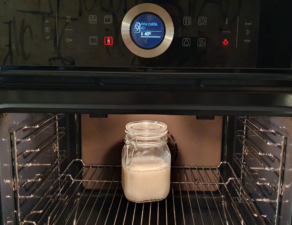 yogurt fatto in casa in preparazione
