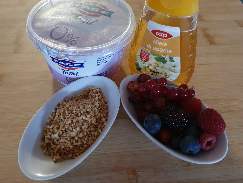 ingredienti per le barrette di yogurt con frutti di bosco