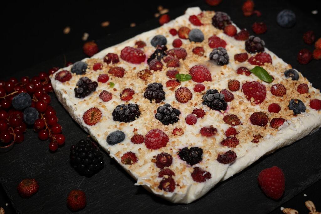 mattonella di yogurt con frutti rossi e granella di nocciole