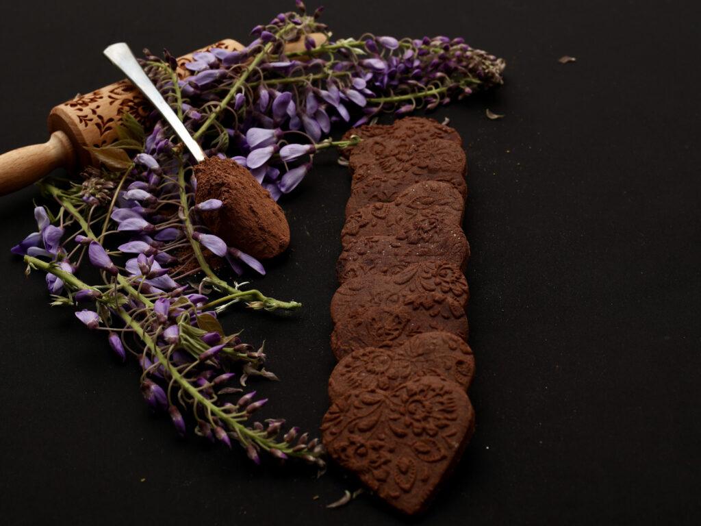 biscotti decorati di pasta frolla al cacao