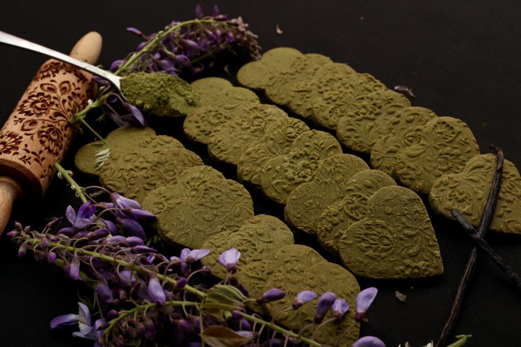 biscotti decorati di pasta frolla al tè verde matcha