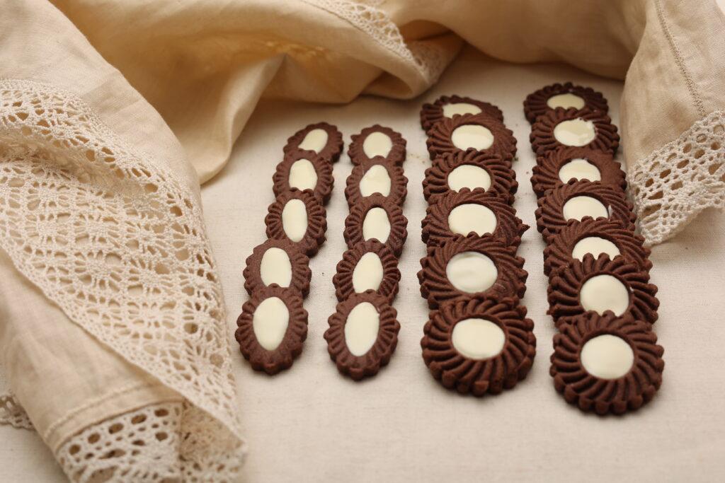 Frollini al cacao farciti con cioccolato bianco