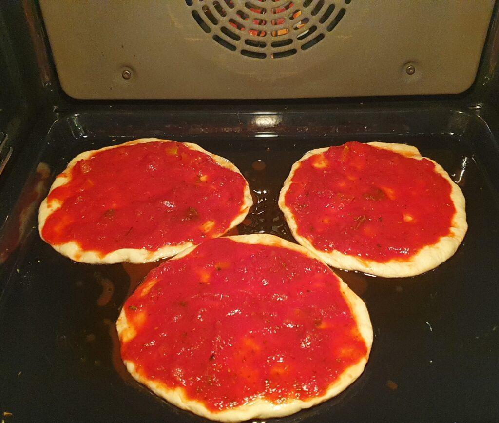 pizzette al pomodoro in cottura
