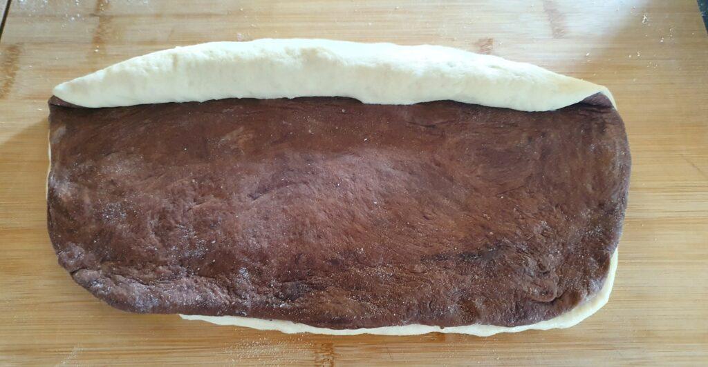 si arrotola il pan bauletto bicolore