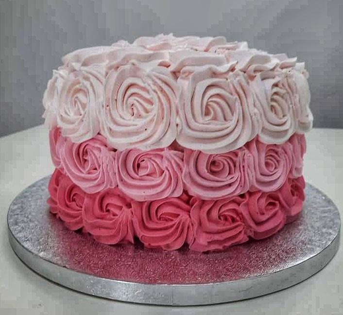 torta decorata con rose di panna