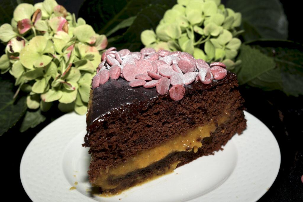 Una fetta di Pan di Spagna al cioccolato farcito